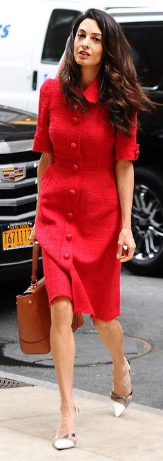 Amal Clooney i snygg klassisk kappklänning. Foto: Splash News