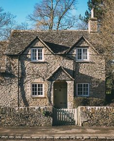 This type of cottage bedrooms is truly a notable style theme. Style Cottage, Cute Cottage, Cottage Farmhouse, Cottage Homes, Cottage Porch, Cottage Bedrooms, Beautiful Buildings, Beautiful Homes, English Country Cottages