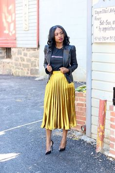 🖤 ​​How to choose your pleated midi skirt? Tips and ideas on outfits stylee. pleated midi skirt + leather jacket + black t-shirt # jupemidiplissée Fashion Mode, Modest Fashion, Look Fashion, Street Fashion, Autumn Fashion, Womens Fashion, Fashion Trends, Metallic Skirt Outfit, Yellow Skirt Outfits