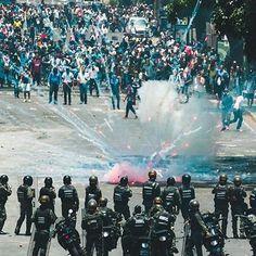 """Diario El Nacional (@elnacionalweb) on Instagram: """"Represión y resistencia en Venezuela ¡ El pueblo pide cambio! Foto realizada por @ztephgordon  #10A…"""""""