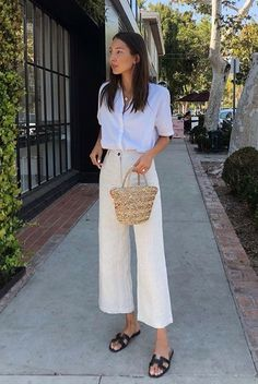 Minimalist Fashion 2018 The minimalist trend involves clothing which is understated and unassuming. The idea behind this trend is that less is more, so we are looking at outfits which have crisp cu… Looks Street Style, Looks Style, Spring Summer Fashion, Spring Outfits, Summer Fashion Trends, Chic Summer Style, 90s Style, Casual Summer, Summer Street Fashion