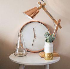 Relógio e luminária na cor rose gold