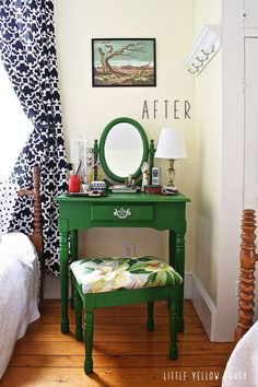 I'd love a dressing table for my room for makeup and DIY Dressing table ideas! I'd love a dressing table for my room for makeup and hair! Diy Dressing Tables, Small Dressing Table, Dressing Table With Chair, Dressing Area, Hair Dressing, My New Room, My Room, Dorm Room, Interiores Shabby Chic