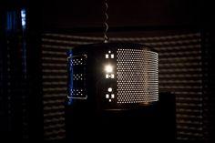 Een prachtige lamp die de ruimte met een origineel lichtpatroon vult.  De prettige vormverhouding en het contrast in de massieve uitstraling versus het luchtige licht, verandert de wastrommel in een totaal nieuwe ervaring.
