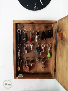 DIY key holder box Build a key box to store all your keys. It's a simple DIY project you can make with only a few supplies. It's the best solution to keep your keys organized and on hand. Key Organizer, Organiser Box, Key Box Holder, Cigar Box Crafts, Key Cabinet, Key Storage, Key Rack, Diy Holz, Diy Organization