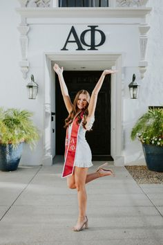 Your guide to what places are best to show your college experience! Graduation Cap Pictures, College Graduation Pictures, Graduation Picture Poses, Graduation Portraits, Graduation Photography, Graduation Photoshoot, Grad Pics, Senior Portraits, Cap And Gown Pictures