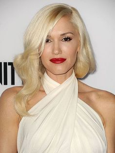 Gwen Stefani with soft blonde waves, red lips & wrapped halter look Perfect Blonde Hair, Cool Blonde Hair, Platinum Blonde Hair, Cool Hair Color, Hair Colors, Bleach Blonde, Blonde Makeup, Gwen Stefani, Summer Hairstyles
