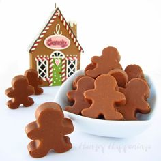 Gingerbread truffles shaped like gingerbread men for Christmas dessert, Christmas chocolate recipes, the best Christmas recipes and crafts Noel Christmas, Christmas Candy, Christmas Desserts, Christmas Treats, Christmas Recipes, Christmas Chocolate, Homemade Christmas, Holiday Treats, Xmas