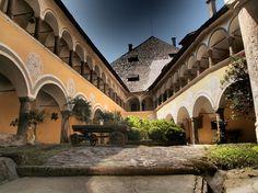 Das Schloss Hallegg thront seit 1213 hoch über Wiesen und Feldern im Westen Klagenfurts mit wunderbarem Ausblick bis nach Maria Saal und weit darüber hinaus. Hier können Hochzeiten mit bis zu 170 Personen gefeiert werden.