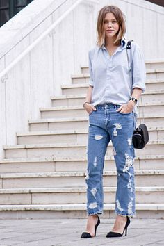 Look Hi-low com drestoyed jeans boyfriend, scarpin e camisa.