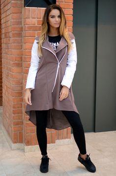 Ciepła narzutka z łączonych materiałów, posiadająca rękawy wykonane z ciepłego, pikowanego materiału. Bluza posiada wydłużony tył. Wykonana z miękkiej i lekko układającej się dzianiny. Modny design i niepowtarzalny wygląd, pasuje do wielu stylizacji zarówno codziennych jak i sportowych.