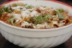 Pappardelle zijn mooie brede linten pasta, ideaal om te serveren met voldoende saus. Met gegrilde magere stukjes kip erbij en afgewerkt met de twee populairste Italiaanse kazen, zet je een onweerstaanbare schotel op de tafel. En als er restjes overblijven, dan zijn die waarschijnlijk ook geen lang leven beschoren.    PS: Grillen is geen absolute must. Het zorgt wel voor extra smaak. Wie gehaast is kan de stukjes kip ook bakken in de pan.