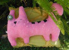 almofada gatinha, com uma flor de crochet em tecido turco e feltro
