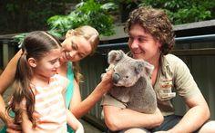 """Que tal tirar uma foto afagando um coala? Isso é possível na Austrália, a terra desse bicho que tem cara de ursinho e é """"primo"""" dos cangurus. O arquipélago das Ilhas Whitsunday, nos arredores da Grande Barreira de Corais, abriga o parque Hamilton Island Wildlife, onde visitantes podem fazer carinho e até segurar o bichinho no colo. Mais informações: www.hamiltonisland.com.au"""