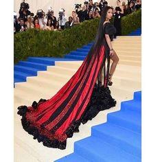 Ники Минаж для ежегодного Бала Института костюма выбрала платье от H&M. В этом году дресс-код Met Gala был вдохновлён темой новой выставки посвященной коллекциям Рей Кавакубо - японского дизайнера и создательнице марки Comme des Garcons. #metgala #bestdresses #redcarpet #redcarpetlooks #commedesgarcons #newyork #nickyminaj  via MARIE CLAIRE UKRAINE MAGAZINE OFFICIAL INSTAGRAM -Celebrity  Fashion  Haute Couture  Advertising  Culture  Beauty  Editorial Photography  Magazine Covers  Supermodels…