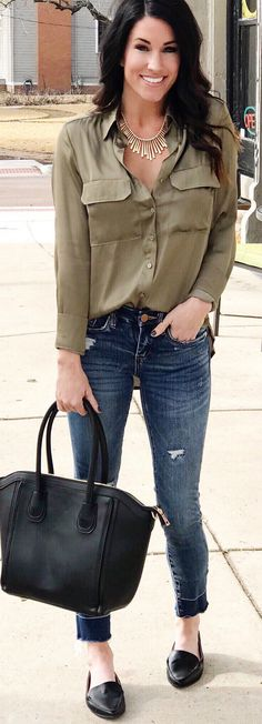 #spring #outfits woman with gray long-sleeved shirt and blue jeans. Pic by @thesisterstudioig
