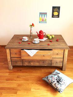 """Konferenční stůl se šuplíky """"Bez dvou za dvacet"""" Masivní konferenční stůl ze smrkového masivu s vybroušenými léty. Stůl má 18 atypických šuplíků, které se různě vysouvají a vyklápějí tak, aby byl maximálně využit vnitřní úložný prostor. Díky spoustě úložného prostoru můžete prakticky celý svůj obývák uklidit dovnitř a užívat si stále uklizeného a ..."""