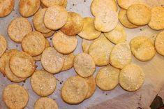 SNACK-tid. her er en lille hurtig kikse-snack til eftermiddagen eller aftenen :-) du kan eksperimentere og krydre kiksene som du bedst kan lide. jeg valgte at lave mine rimelig neutrale, men fyldte godt med ost og marmelade på til sidst. det er altså lækkert! det kræver ikke megen forberedelse.... Ost, Muffin, Cooking Recipes, Snacks, Cookies, Breakfast, Desserts, Burger, Marmalade