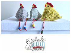Tunella's Geschenkeallerlei präsentiert: gehäkeltes Deko-Hühnchen #TunellasGeschenkeallerlei #Häkelei #Hühnchen #Huhn #Geschenk #Ostern #Osterdeko #Osterschmuck Etsy Seller, Crochet Hats, Trending Outfits, Create, Unique Jewelry, Handmade Gifts, Vintage, Goodies, Unique