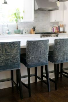 Genial DIY Bar Stool Slipcovers   Love This Fabric!