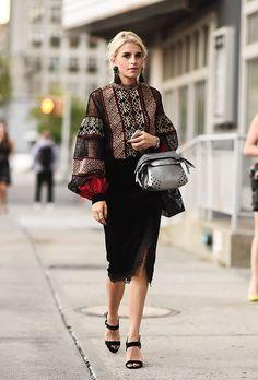 Яркие тренды уличной моды 2017: черная короткая юбка карандаш в соотвествии с яркой блузкой с узорами.