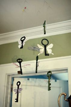A little while ago we showed you a wind chime made from old keys.    Here's another idea for using those old keys that somehow just accumulate (and multiply).    What do you think of this key mobile?