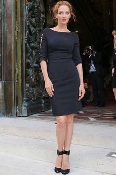 """""""Uma Thurman con un elegante diseño con detalle de cuerdas en las mangas antes del desfile de Versace."""""""