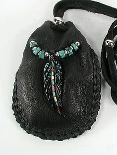 Native American Indian Buckskin Medicine Bag /Love this EL/ Native American Regalia, Native American Crafts, American Indian Art, Native American Fashion, Native American Jewelry, American Symbols, American Women, American History, Beaded Purses