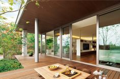 「家の住み心地」は、時代とともに変わる。近年は快適さ、使いやすさに加え「自然との一体感が感じられる家」がトレンドになっている。新しい心地よさを追求して進化した、「イズ・ロイエ」に注目してみたい。 Glass House Design, Japanese Style House, House Layouts, Minimalist Home, Interior Design Kitchen, Ideal Home, House Plans, New Homes, Decoration