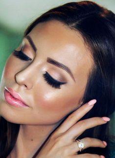 El iluminador es algo de lo que se habla mucho últimamente en maquillaje, como la clave para un rostro fresco y radiante. Pero, ¿sabes qué es? Y, lo más importante, ¿cómo utilizarlo y cuál es el adecuado para ti?
