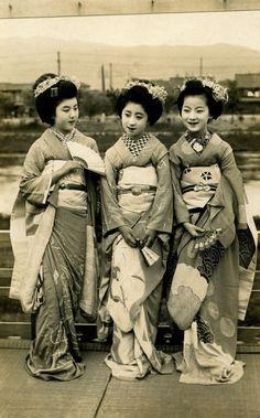 okiya:  Relaxing on a Balcony 1920s (byBlue Ruin1) From left to right, Maiko Kohisa, Maiko Momotaro and Maiko Fumiryu.