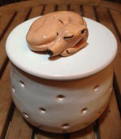 Italian Greyhound ceramic jewelry box by Malens Ceramic. Handcrafted. Terracotta, engobe and glaze (1020º C). Sighthound Art.