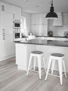 Boho Deco Chic: Una cocina blanca y gris con office nórdico