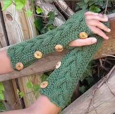 Alligator Fingerless Mitts by Jocelyn Tunneyclose     © Rosie Knits