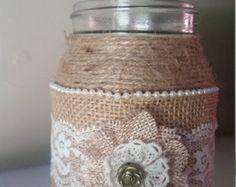 Artículos similares a Rustic Wedding centerpiece, Burlap Wedding Centerpiece, Barn Wedding, Wedding Decor, Country Chic Wedding, Burlap Mason Jar, Bridal or Baby en Etsy