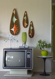 bright plywood artworks and clocks potted greenery vases and a retro TV to add Mid Century Modern Living Room Add Artworks Bright clocks GREENERY Plywood potted retro vases Décoration Mid Century, Mid Century House, Mid Century Style, Mid Century Design, Mid Century Modern Living Room, Mid Century Modern Decor, Salon Mid-century, Retro Home, Anos 60