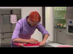 Wie macht man aus einem Cake ein Feuerwehrauto Kindergeburtstagskuchen? Swissmilk zeigt das Rezept. - YouTube