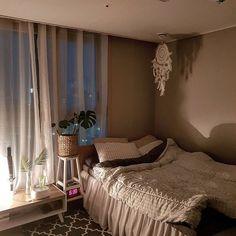 역시 조명이 중요해 #셀프인테리어 #집꾸미기 #몬스테라 #침실인테리어 #거실인테리어 #에스닉 #조명인테리어 #아레카야자 #술장고 #인테리어 #자취방꾸미기 #오늘의집 Curtains, Interior, Furniture, Bedroom Ideas, Home Decor, Blinds, Decoration Home, Indoor, Room Decor