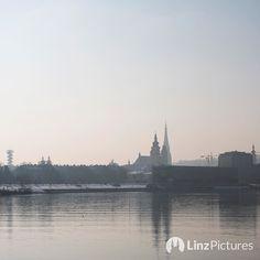 #skyline  . . . . . #linz #danube #riverdanube #visitaustria #smog #dunst #feinstaub #bio #healthy #fitness #morningrun #run #fromwhereistand #igerslinz #igersaustria #winter #mood #picoftheday #traffic #sky #skyporn
