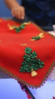 Hermosas ideas y tutorial para hacer caminos de mesa navideños - Paperblog Christmas Sewing, Christmas Mood, Christmas Fabric, Felt Christmas, Christmas Projects, All Things Christmas, Holiday Crafts, Christmas Stockings, Christmas Ornaments