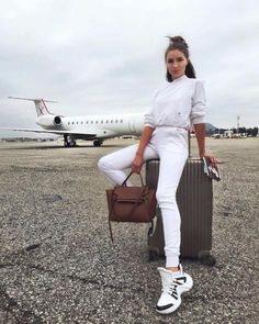 What Olivia Culpo wore whilst travelling to Vegas Olivia Culpo, Airport Travel Outfits, Airport Style, Comfy Airport Outfit, Cute Travel Outfits, Traveling Outfits, Airport Chic, Vols Longs, Sneakers Fashion Outfits
