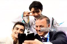 TOPSHOT - Winner Japan's Yuzuru Hanyu poses for a photo with Japan coach Ghislain Briand and third-placed Spain's Javier Fernandez during the venue ceremony after the men's single skating free. Get premium, high resolution news photos at Getty Images Roller Skating, Ice Skating, Figure Skating, Yuzuru Hanyu Javier Fernandez, 2018 Winter Olympic Games, Mens Figure Skates, Pyeongchang 2018 Winter Olympics, Olympic Champion, Hanyu Yuzuru