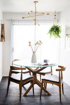 Dining room inspiration: Let's get inspired by the most dazzling mid-century dining room that is going to elevate your interior design. Mid Century Modern Dining Room, Modern Dining Room Tables, Dining Room Sets, Modern Table, Kitchen Tables, Modern Chairs, Dining Area, Dinning Table Design, Glass Dining Table