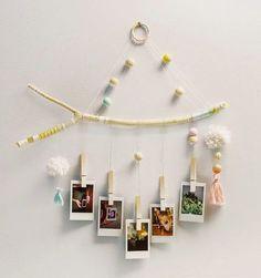 diy bois flotté décoration mobile bebe photos suspendre des photos mobile a fabriquer soi meme pour chambre de bébé avec des photos en bois jaune couleur pastel