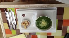 Sopa de espárragos frescos, arvejas, bróculi, espinaca y maíz en Teatopia, Bogotá. Rica.
