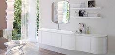 Idea Group Myseventyplus Meuble vasque L. 250 H. 50 P.50/36 cm 6 portes finition frêne laqué blanc mat, Plan vasque moulé résine Aquatek, Miroir carré 80 x 80 cm avec éclairage leds, Etagères frêne laqué blanc mat.
