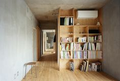 a nice bookcase as a room divider? Add Some Warmth: 12 Plywood Interiors \\\ The built-in plywood bookcase is also a room divider in another space in the Setagaya Flat designed by Narus Inokuma Architects and Hiroko Karibe Architects. Plywood Bookcase, Plywood Storage, Bookcase Plans, Bookshelves, Yarn Storage, Vinyl Storage, Plywood Interior, Plywood Furniture, Furniture Projects
