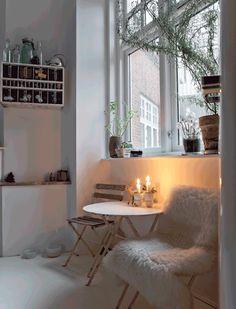 クールで暖かみのあるリビングの片隅の寛ぎスペース | 住宅デザイン