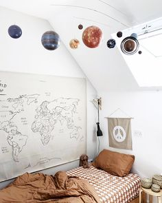 World and planet toddler room/ big boy room. I love the simplicity of this. Deco Kids, Boys Bedroom Decor, Boys Bedroom Ideas Tween, Teen Girl Bedrooms, Girl Rooms, Boy Room, Nursery Room, Girl Nursery, Home Decor