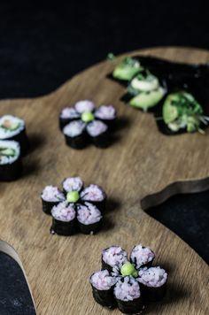 Sushi osa II – Nordic Atmosphere Flower-sushi and Alvar Aalto, kukkasushia ja Aallon puinen tarjoiluvati